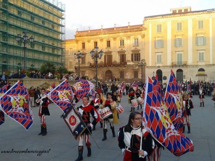 sassari_candelieri_discesa_sbandieratori_musici