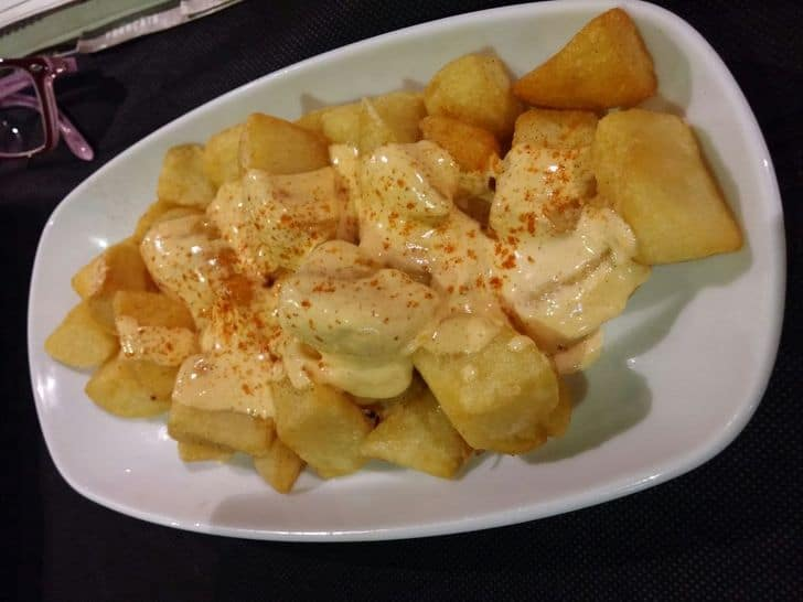 tapas_vegetariane_patatas_bravas