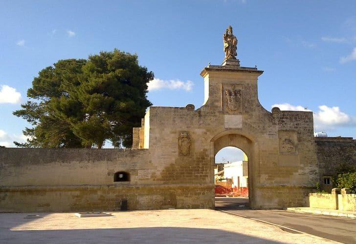 Porta_della_città_fortificata_di_Acaya