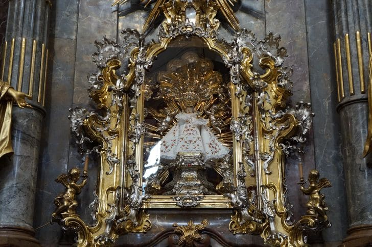 statua_Bambino_Gesù_Praga